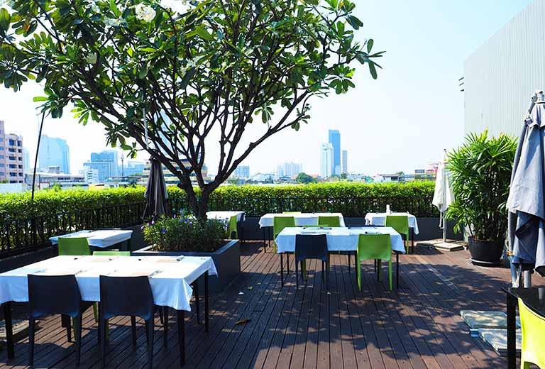 バンコク・シーロムの格安ホテル アイサノック バンコク(iSanook Bangkok)のレストランのテラス席