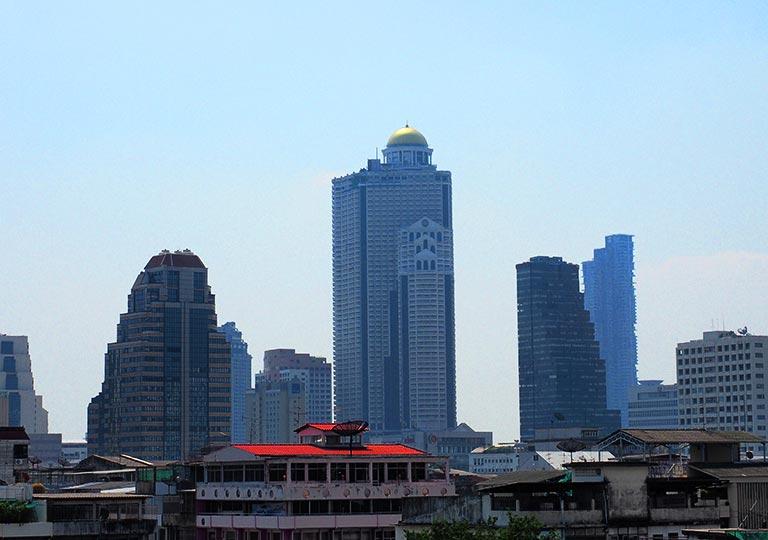 バンコク・シーロムの格安ホテル アイサノック バンコク(iSanook Bangkok)の屋上からの景色 ルブアアットステートタワー