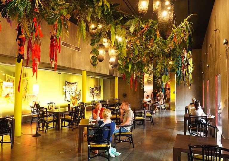 バンコク観光 ジムトンプソンの家(Jim Thompson House) カフェのシルクの展示