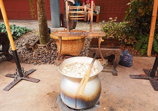 バンコク観光 ジムトンプソンの家(Jim Thompson House) 庭園 生糸作りの実演