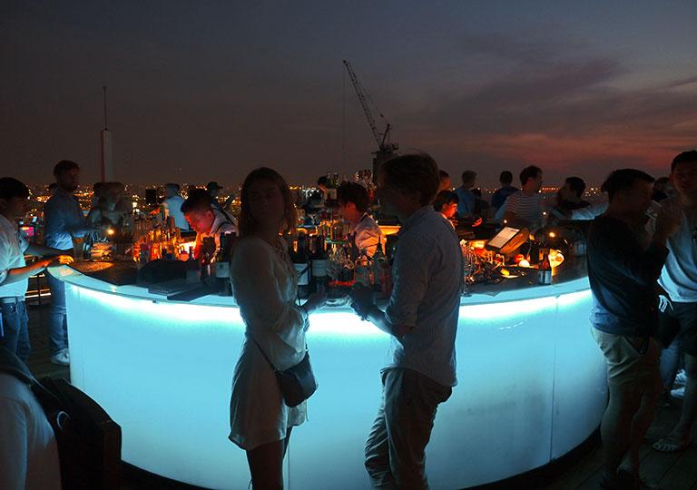 バンコク観光 ルーフトップバー「オクターブ(Octave)」 夜のバーカウンター
