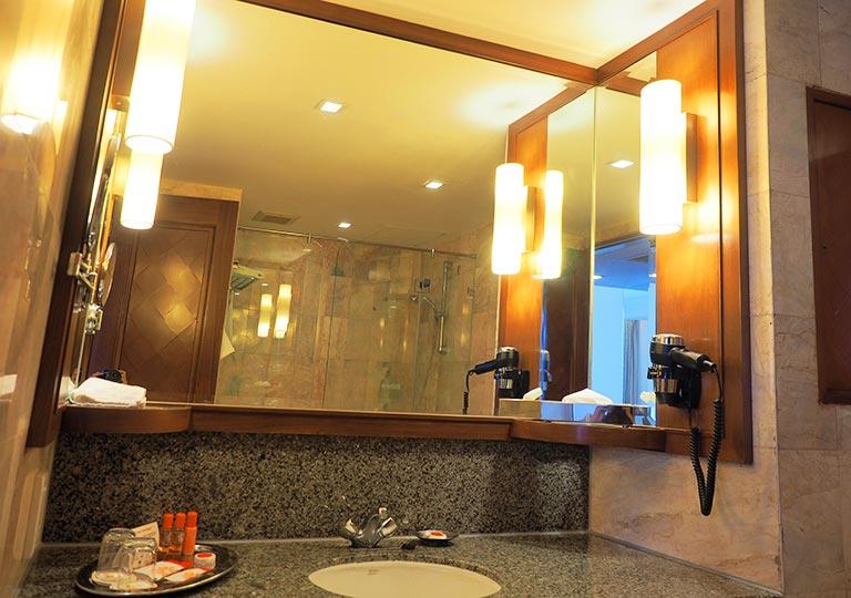 バンコク・アソーク駅近くのおすすめホテル レンブラント ホテル(Rembrandt Hotel) 部屋の洗面台