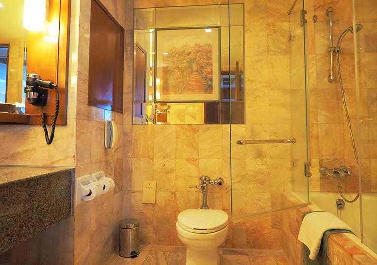 バンコク・アソーク駅近くのおすすめホテル レンブラント ホテル(Rembrandt Hotel) 部屋のバスルーム