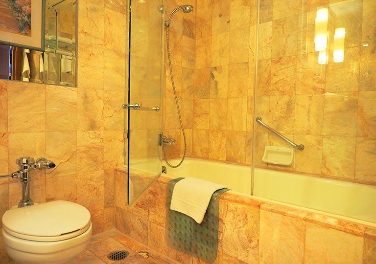 バンコク・アソーク駅近くのおすすめホテル レンブラント ホテル(Rembrandt Hotel) 部屋のバスタブ