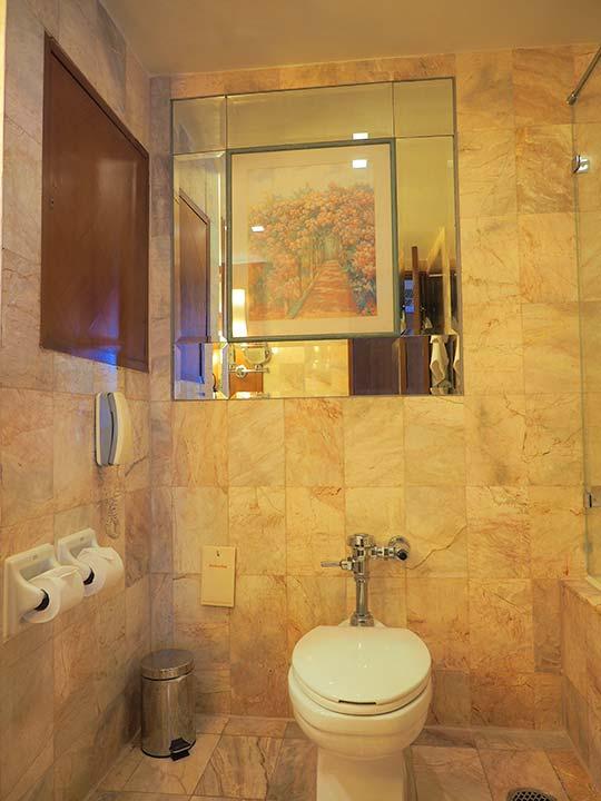 バンコク・アソーク駅近くのおすすめホテル レンブラント ホテル(Rembrandt Hotel) 部屋のトイレ