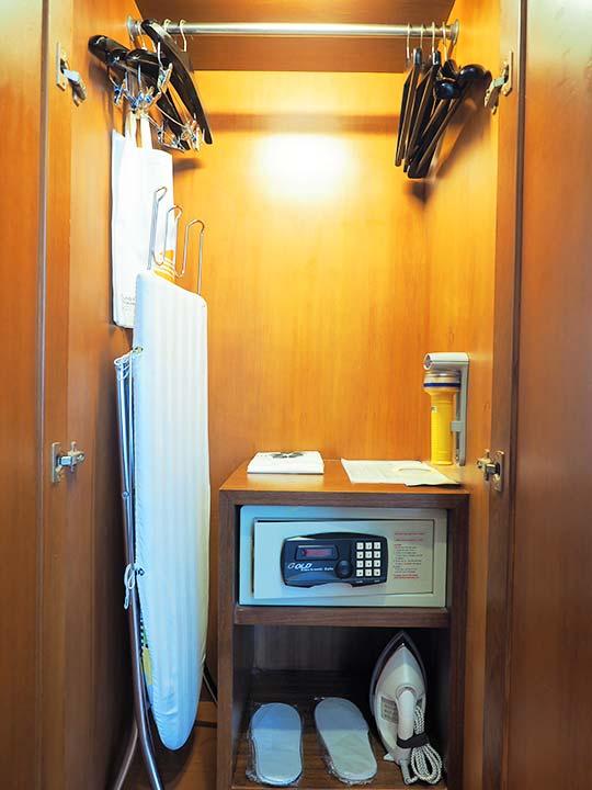 バンコク・アソーク駅近くのおすすめホテル レンブラント ホテル(Rembrandt Hotel) 部屋のワードローブ