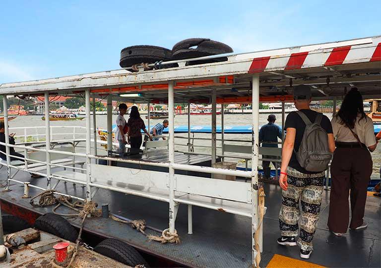 バンコク観光 ター・ティエン船着き場(Ta Tein Pier) ワットアルン行きの船