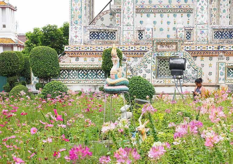 バンコク観光 ワットアルン(Wat Arun)本堂近くの庭
