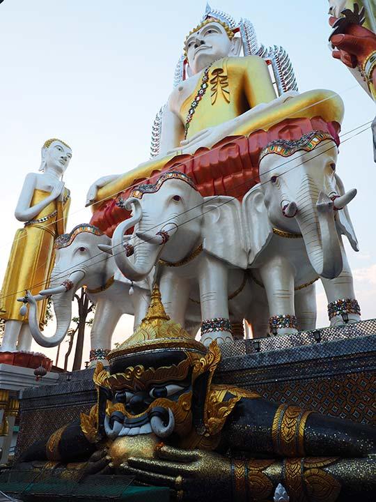 バンコク観光 ワットクンチャン(Wat Khun Chan) 3頭の象に乗る仏陀の像