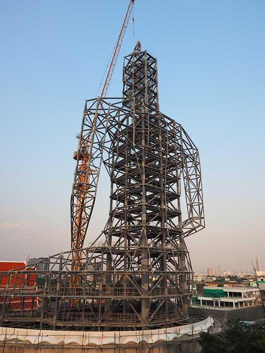 バンコク観光 ワットパクナム(Wat Paknam) 5階のテラスからの眺め 建設中の仏陀像