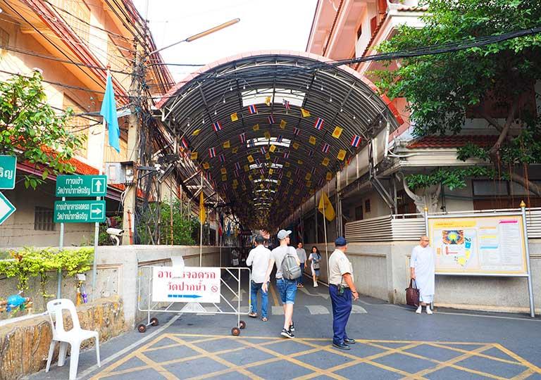 バンコク観光 ワットパクナム(Wat Paknam) 入り口のアーケード