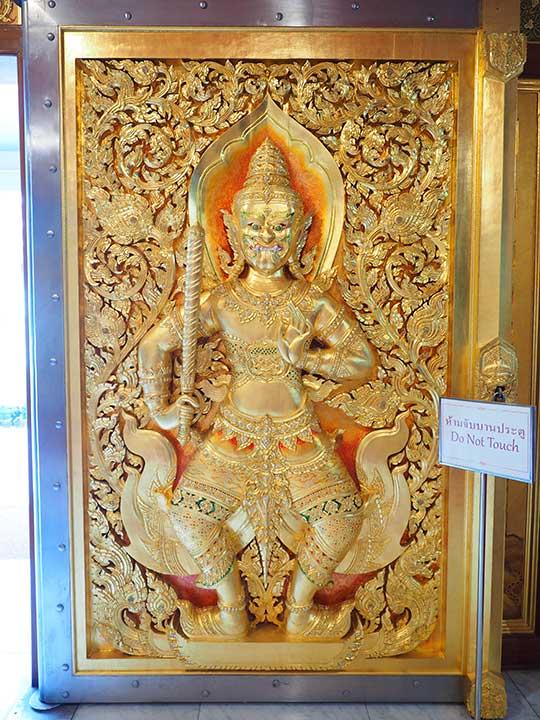 バンコク観光 ワットパクナム(Wat Paknam) 入り口のドアの彫刻