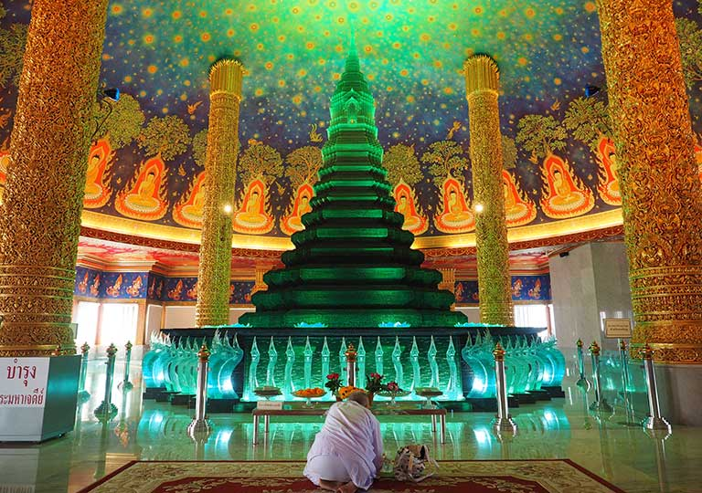 バンコク観光 ワットパクナム(Wat Paknam) 参拝する尼僧