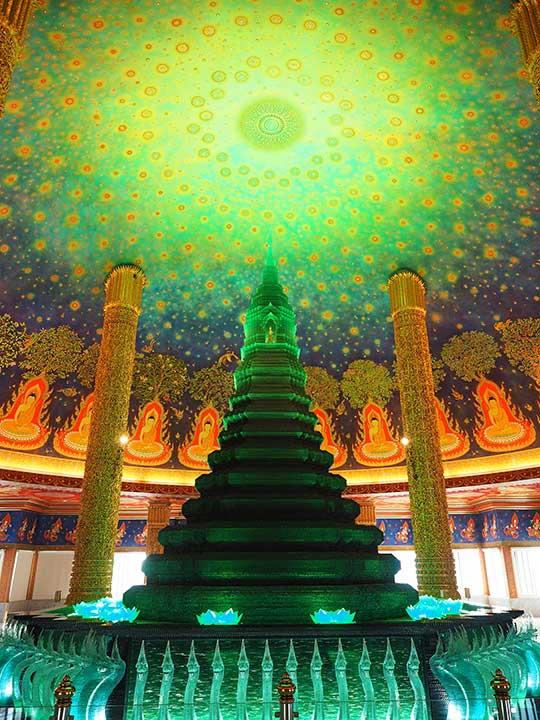 バンコク観光 ワットパクナム(Wat Paknam) 天井画と緑の仏塔