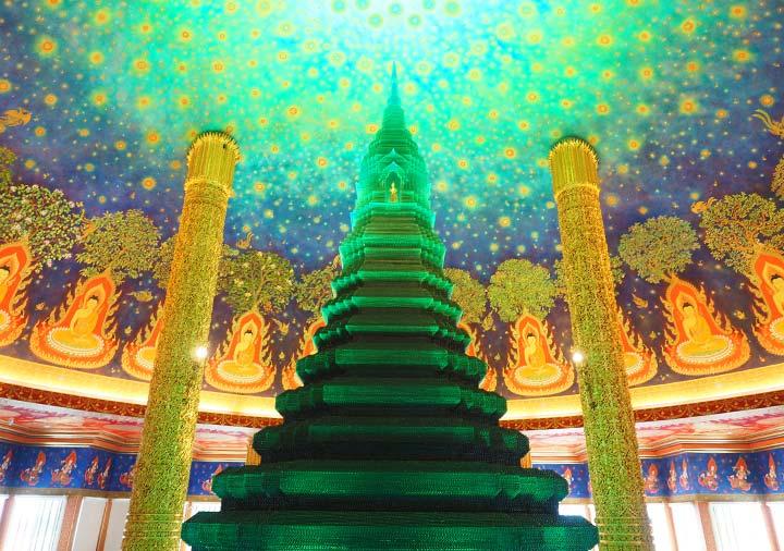 バンコクのワットパクナム寺院 緑の仏塔と天井画