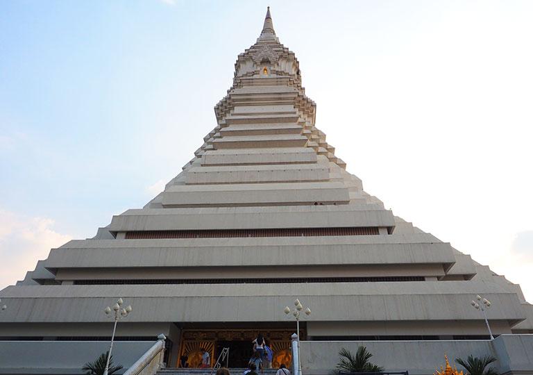 バンコク観光 ワットパクナム(Wat Paknam) 天井画がある白い仏塔