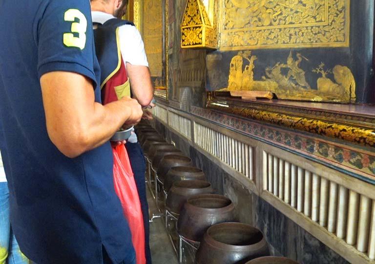 バンコク観光 ワットポー(Wat Pho)大涅槃仏像 煩悩を捨てる108の鉢