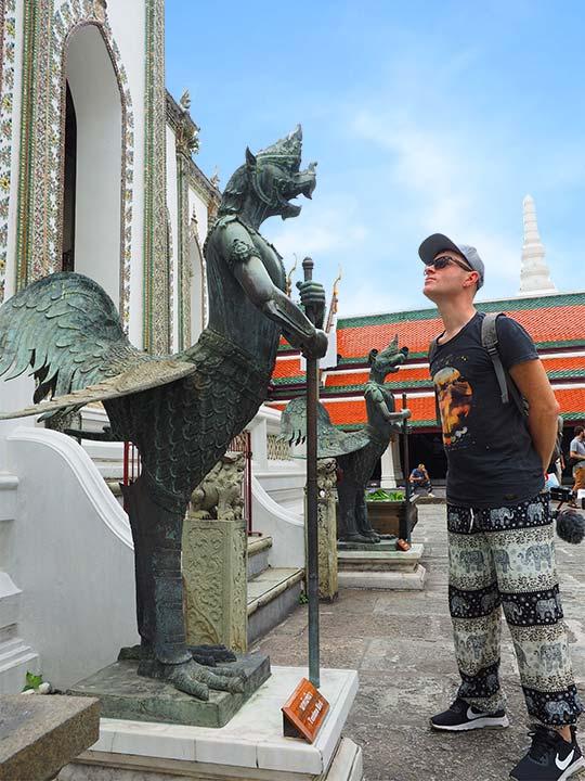 バンコク観光 ワットプラケオ(Wat Phra Kaew) 像と二コラ
