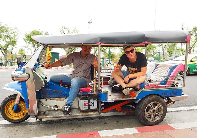 バンコク観光 トゥクトゥクと二コラ