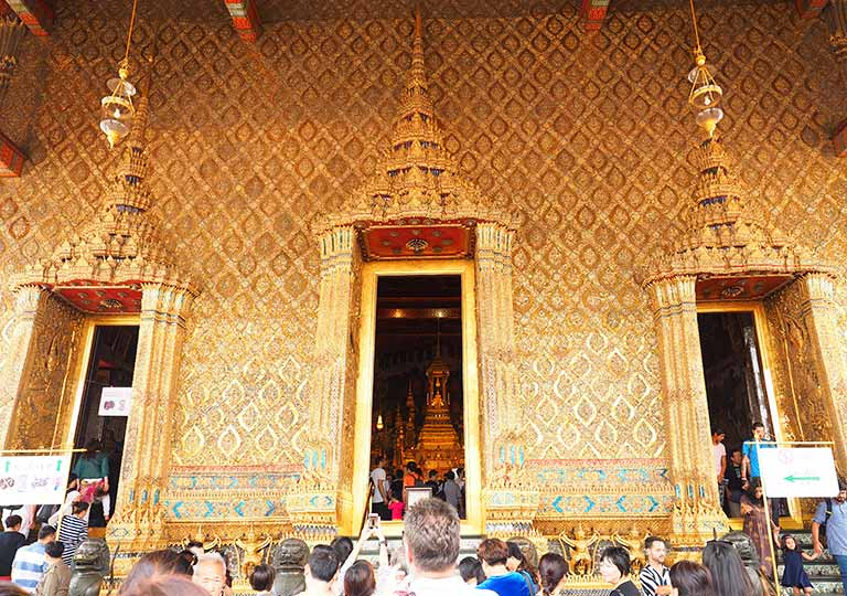 バンコク観光 ワットプラケオ(Wat Phra Kaew) ウボーソット(本堂)の入り口