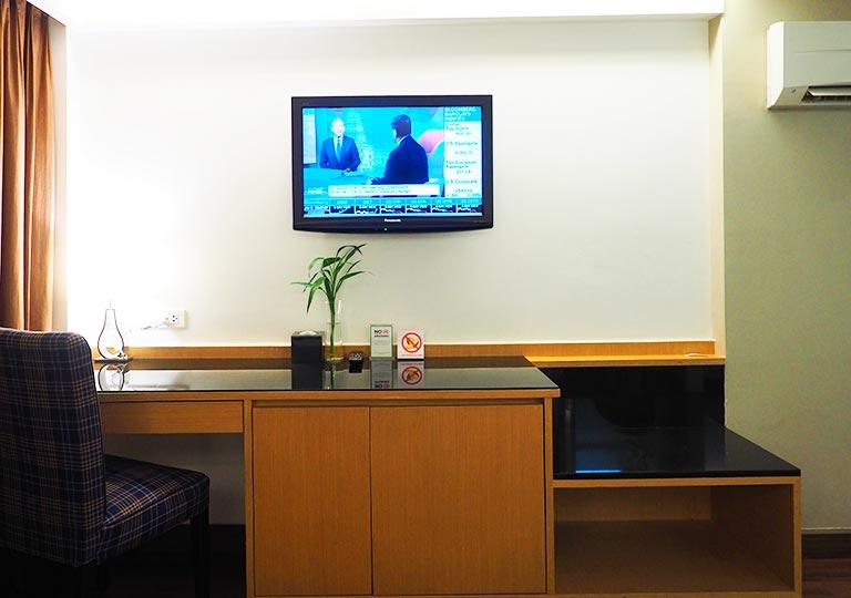 バンコク・スクンビットの格安ホテル シティ ポイント ホテル(CityPoint Hotel) 客室のデスク