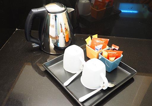 バンコク・スクンビットの格安ホテル シティ ポイント ホテル(CityPoint Hotel) 客室のケトル、コーヒー・お茶