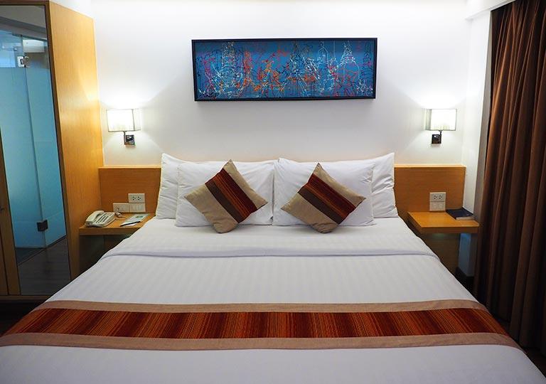 バンコク・スクンビットの格安ホテル シティ ポイント ホテル(CityPoint Hotel) 客室のキングサイズベッド