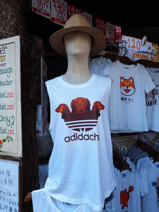 バンコク観光 チャトゥチャックウィークエンドマーケット(Chatuchak Weekend Market) ネタ系タンクトップ