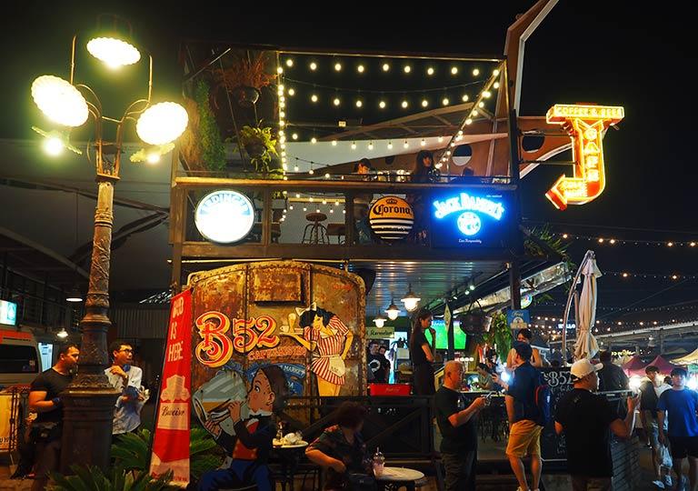 バンコク観光 ナイトマーケット タラートロットファイ・ラチャダー(Talat rotfai ratchada) バー