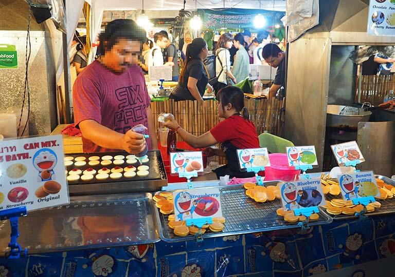 バンコク観光 ナイトマーケット タラートロットファイ・ラチャダー(Talat rotfai ratchada) 屋台グルメ どら焼き