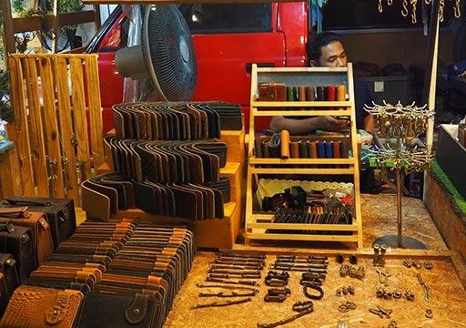 バンコク観光 ナイトマーケット タラートロットファイ・ラチャダー(Talat rotfai ratchada) 革製品の屋台
