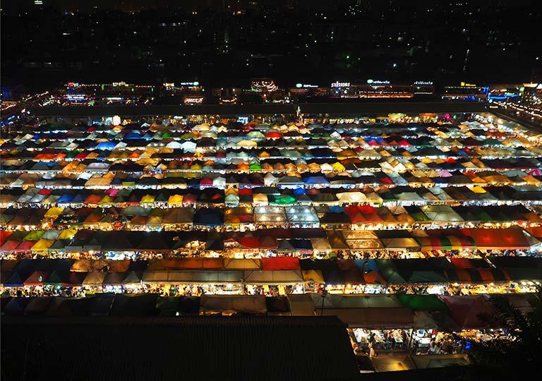 バンコク観光 タラートロットファイ・ラチャダー(鉄道夜市)