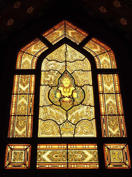 バンコク観光の穴場スポット ワットベンチャマボピット(Wat Benchamabophit) ステンドグラス