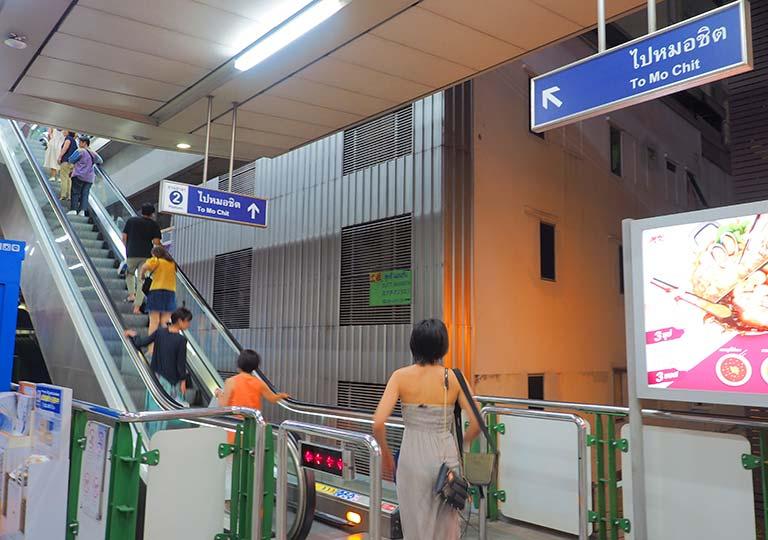 バンコク観光 BTSスカイトレイン アソーク駅構内 エスカレーター