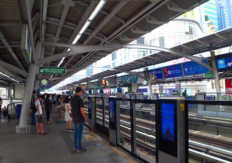 バンコク観光 BTSスカイトレイン アソーク駅構内 プラットフォーム