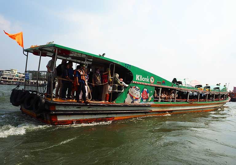 バンコク観光 チャオプラヤーエクスプレスボート オレンジの旗の船