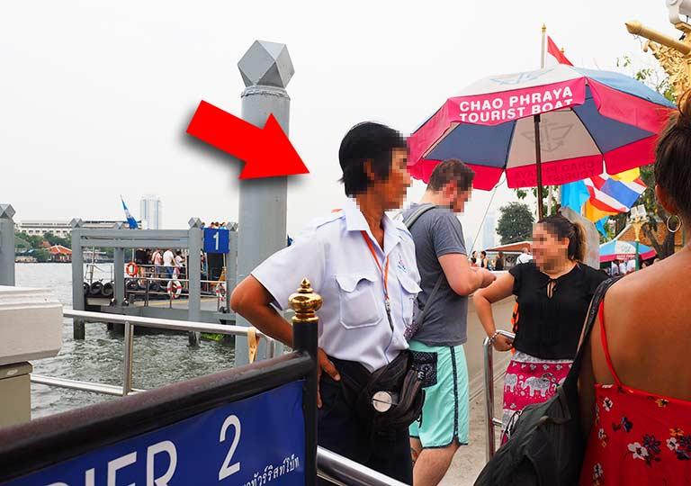 バンコク観光 チャオプラヤーエクスプレスボート 船のスタッフ