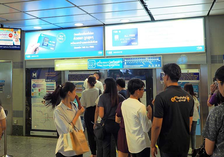 バンコク観光 MRT(地下鉄) 券売機に並ぶ列