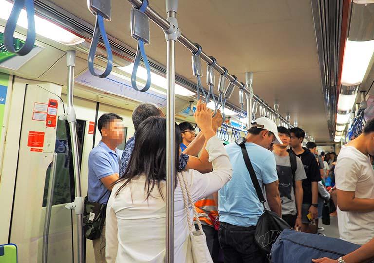 バンコク観光 MRT(地下鉄)の電車の中