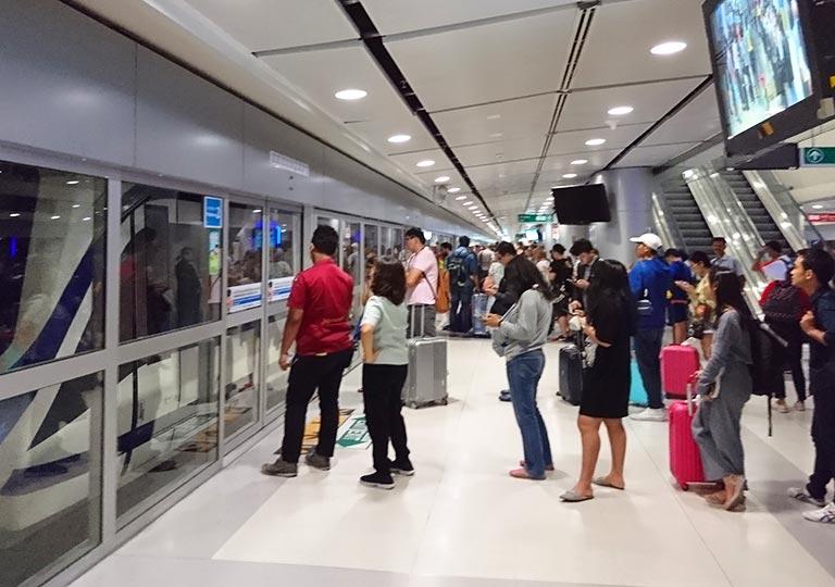 バンコク観光 スワンナプーム空港 ARLのプラットフォーム