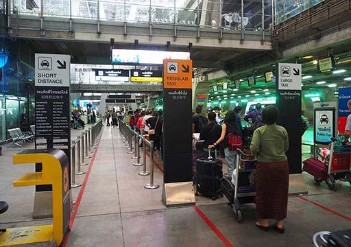 バンコク観光 スワンナプーム空港 タクシー乗り場の列