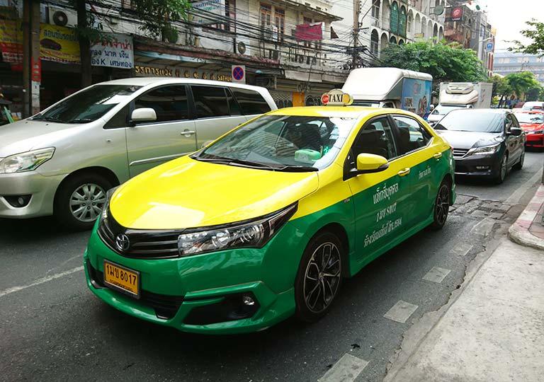 バンコク観光 タクシー 黄色×緑のツートン