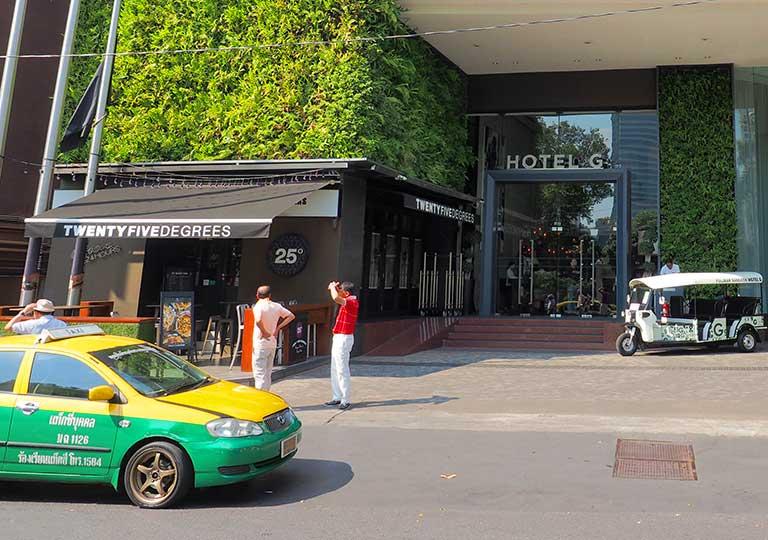 バンコク観光 ホテル前のタクシーの画像