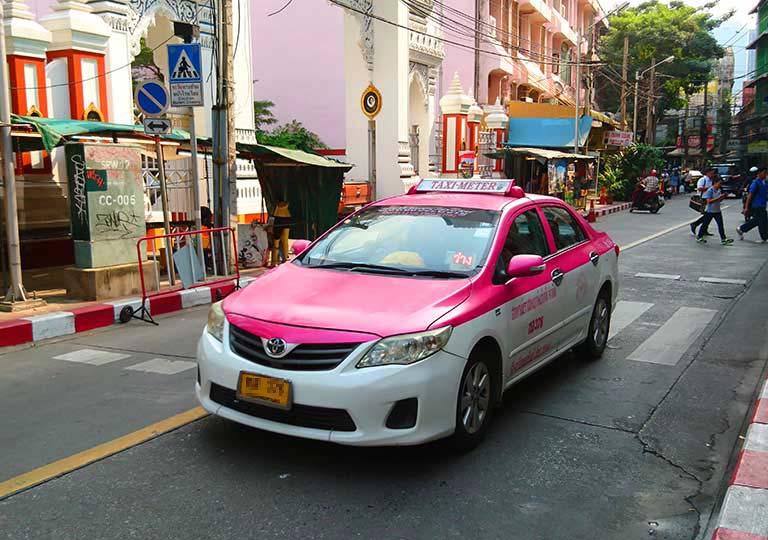 バンコク観光 ピンク×白のタクシーの画像