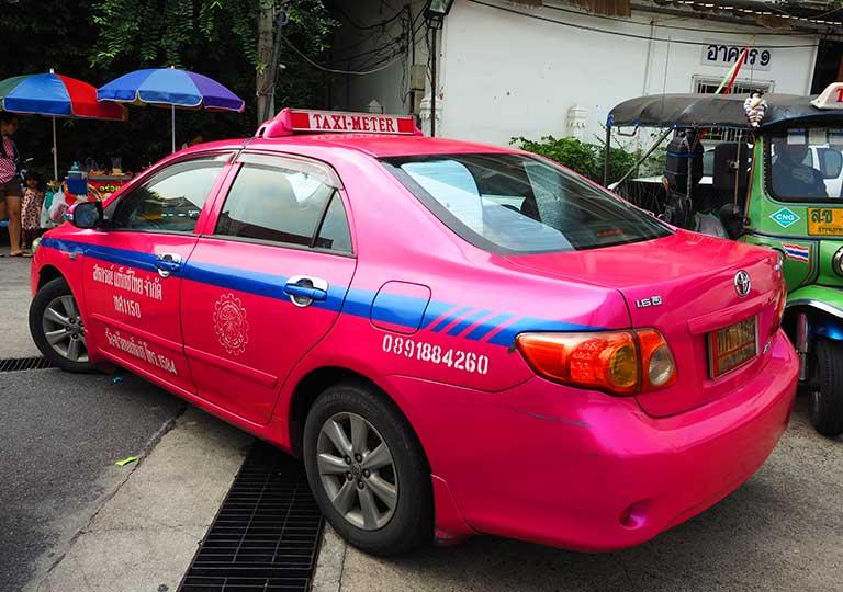 バンコク観光 ピンクのタクシーの画像