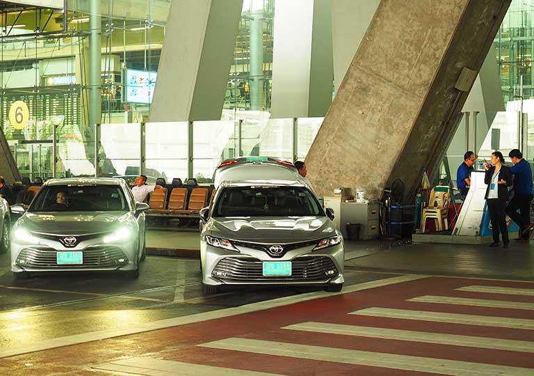 バンコク観光 スワンナプーム空港のAOTリムジンの車