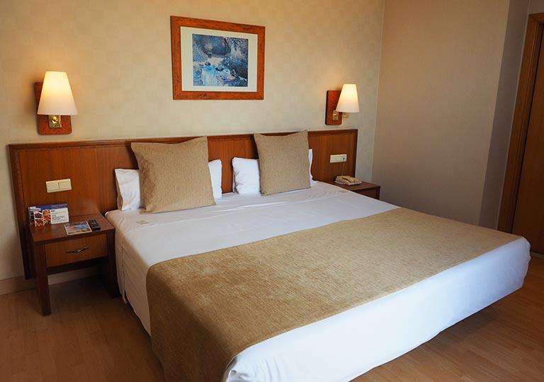 バルセロナ観光 ホテルHCCモンブラン 部屋のベッド