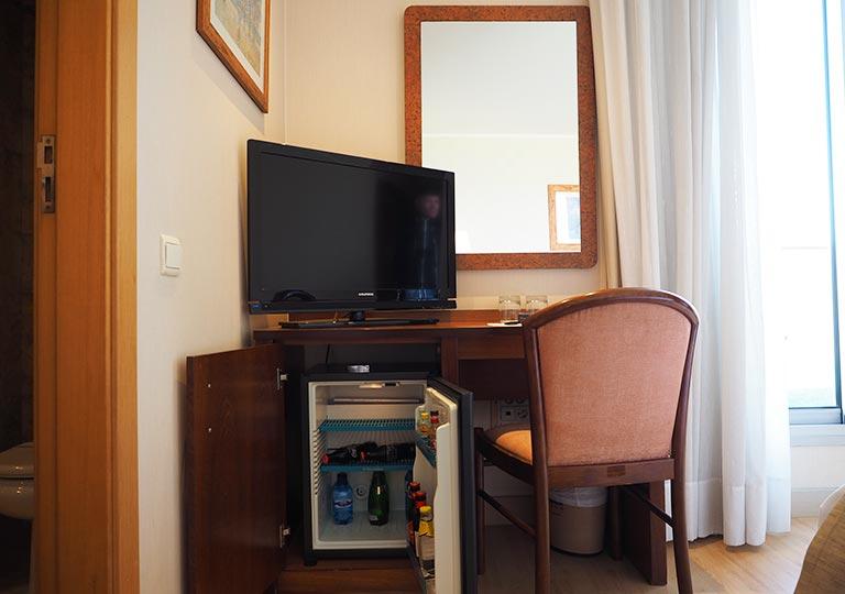 バルセロナ観光 ホテルHCCモンブラン 部屋のデスクと椅子