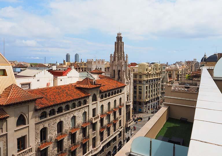 バルセロナ観光 ホテルHCCモンブラン 部屋のバルコニーから見えるゴシック地区の街並み