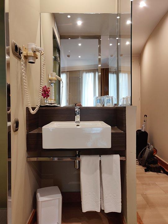 バルセロナのホテル ランブラス通り至近 ホテルヌーベル(Hotel Nouvel) 部屋の洗面台